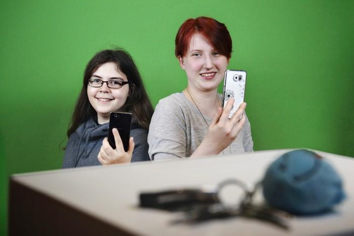 Cleverer Schlüsselfinder: Katharina Häußler (17, links) und Annalena Pleß (17) besuchen beide Königin-Charlotte-Gymnasium in Stuttgart (Bild: Stiftung Jugend forscht e. V.)