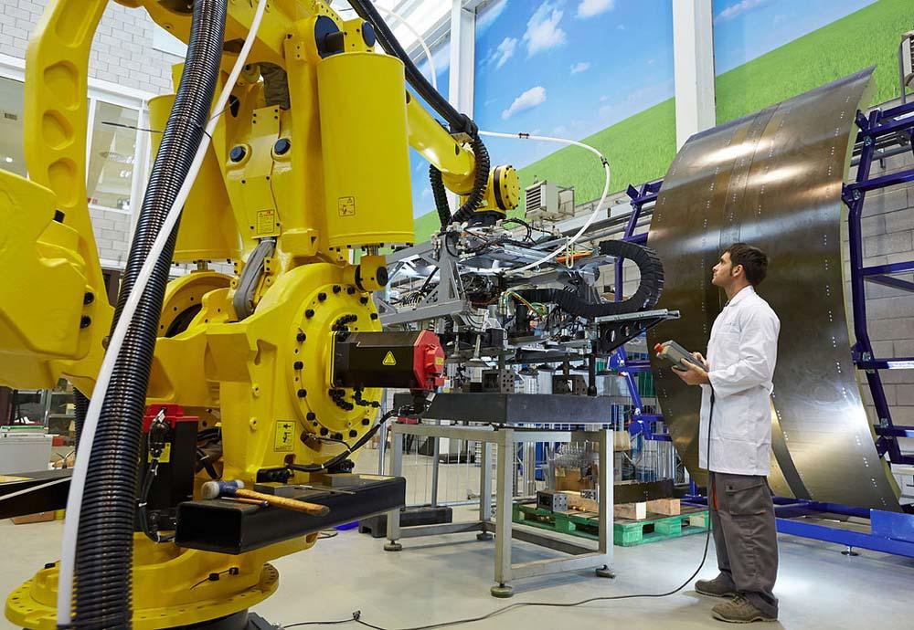 Im Zeitalter der Industrie 4.0 agieren Mensch und Maschine als Einheit.